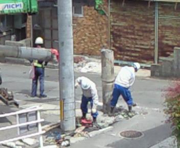 掘りおこされている電柱
