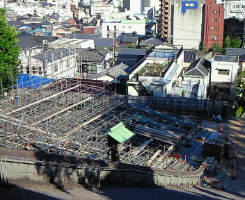長坂から見た建設中の桟敷